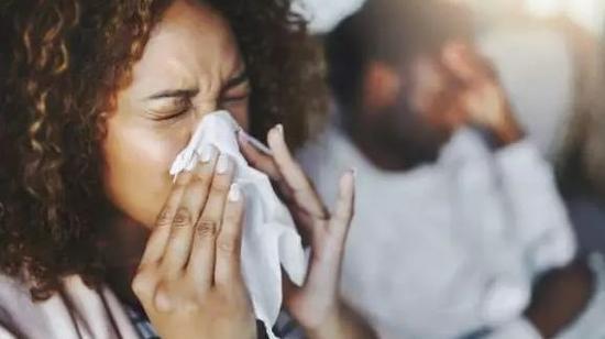 因流感的就诊比例,已经从每十万人8.3,迅速上升到13.7,到上周的17.7。