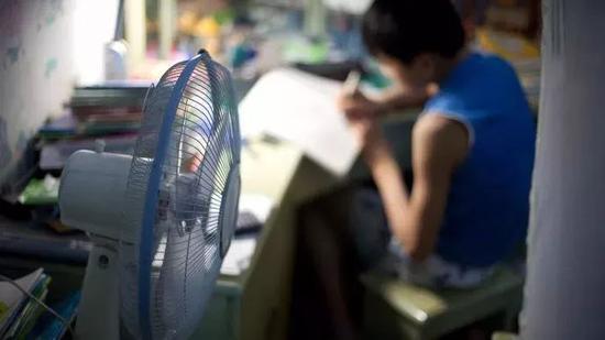 距离中考4天。100天的时候还穿棉袄,现在已经用上电风扇了。