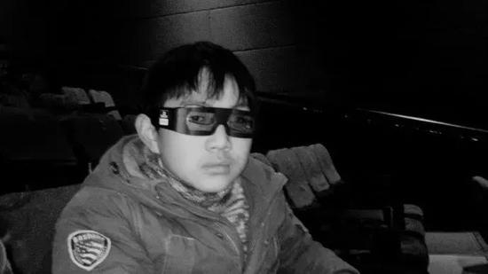 距离中考82天。周末,带他看电影,异星战场,3D的,戴上眼镜装黑超特警。