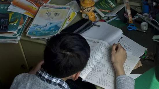 距离中考52天。做作业,复习,还有点心神不宁,唉,男孩子都这样?