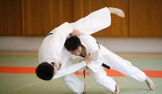 练跆拳道的学生