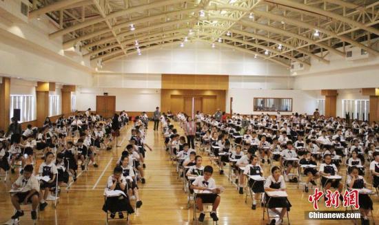 资料图:2017年度第三次印尼汉语考试12月3日在雅加达、普禾格多、玛琅三地落幕。今年全年共有15627人考生参加印尼全国汉语考试,考生人数创下历年新高。图为雅加达-HSK3级考试现场。 中新社记者 陈宁洁 摄