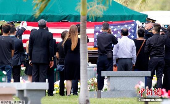 当地时间2018年2月20日,美国佛罗里达州国民警卫队以全军礼规格安葬华裔少年王孟杰(Peter Wang),表彰这名华裔少年在14日校园枪击案中,舍命顶门,为同学撑出逃难通道的舍己救人的精神。