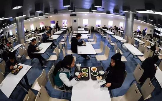 就餐区域模拟真实机舱位置划分