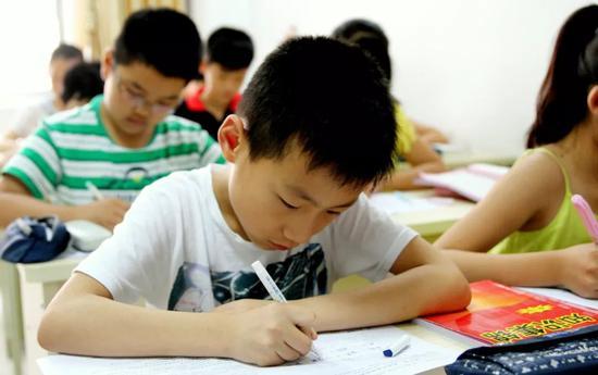 很多家长会用假期的时间给孩子上补习班