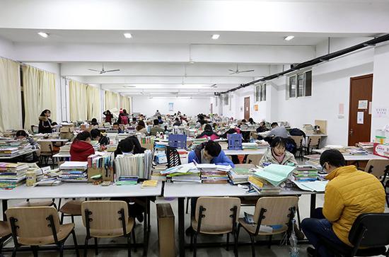 大学生在自习室内备考。 视觉中国 资料图