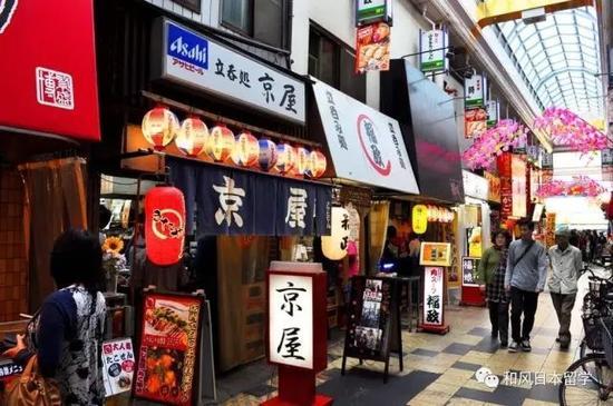 一般远离商业区的路边会有超低价格的店铺。