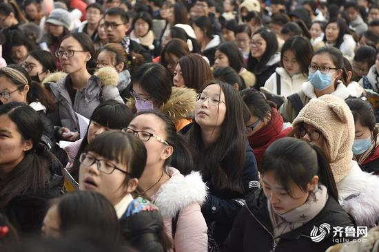 图为考生等待入场。从考场外看,女生占考生的比例数较大。