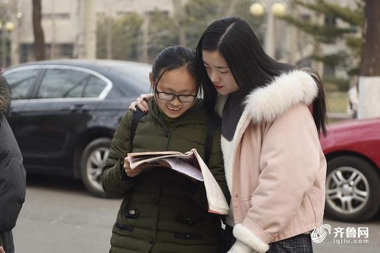 考试前,两名女生共同复习知识点。
