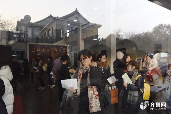 早上8点,济南山东师范大学第三教学楼考点内,考生们陆续进入考场。