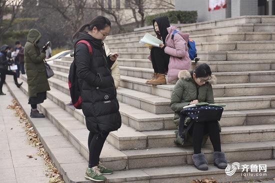 硕士研究生招生规模不断增长的同时,女生考取研究生的比例不断提高。