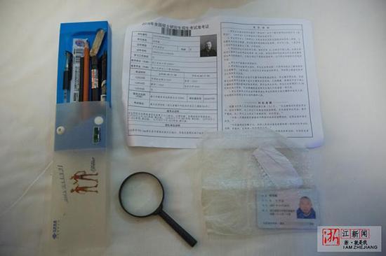 和一般考生不同的是,邹老的考试用品里有一个放大镜。