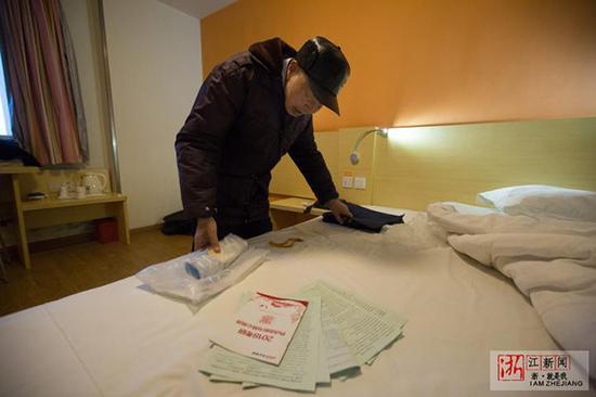 一大早,邹老开始整理文件袋,准备好考试用品。