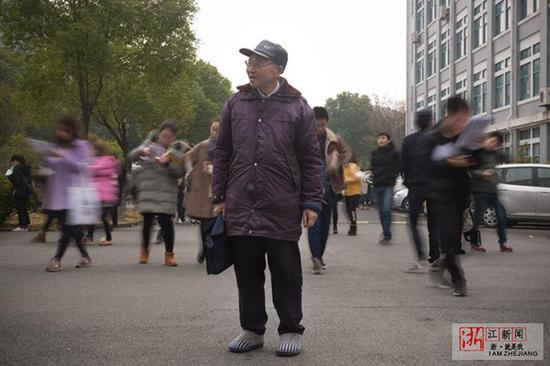 77岁大龄考生邹伟敏与年轻的赶考大军形成鲜明对比。