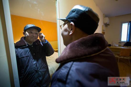 照照镜子,整理衣着,老人自信上路。