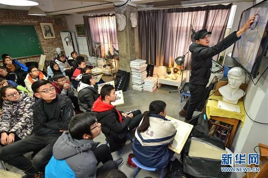 这是2017年12月31日拍摄的太原艺龙美术学校的艺考生们在听课。