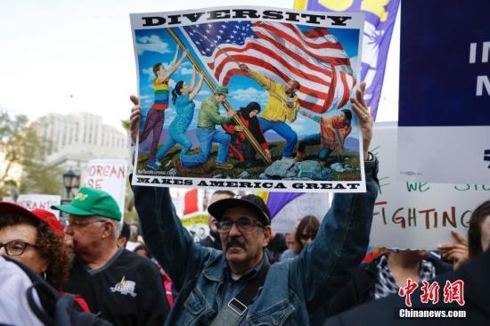 当地时间2017年5月1日,数千名不同肤色的纽约市民聚集游行,抗议特朗普移民禁令、争取工人权益。 中新社记者 廖攀 摄