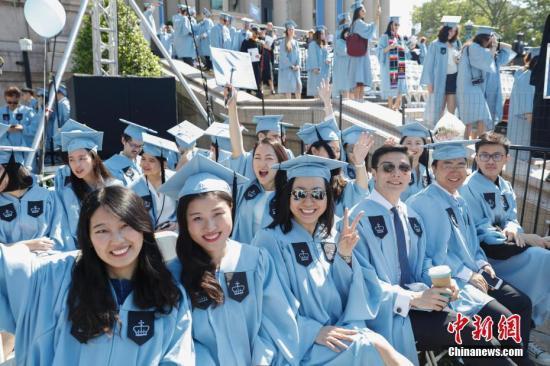 资料图:哥伦比亚大学毕业典礼上的中国留学生。中新社记者 廖攀 摄
