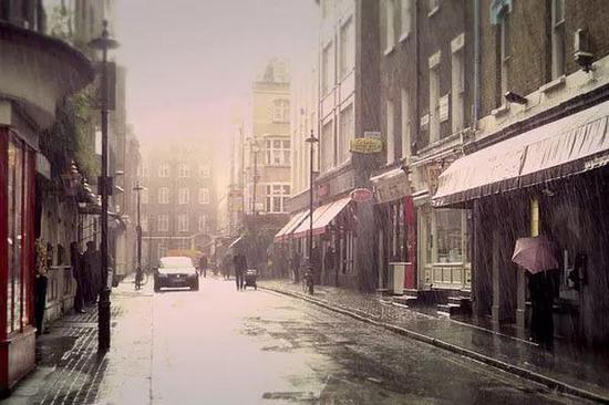 """英国街头的""""雨中即景"""""""