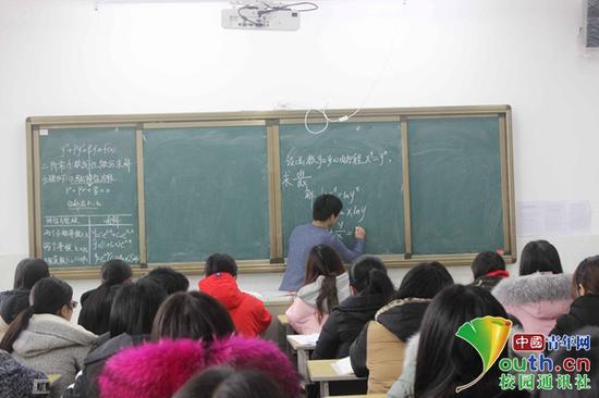 学生开课讲高数 大学生考前复习新模式获点赞