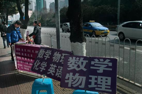 某市街景:招揽学生假期补课的街头摊点
