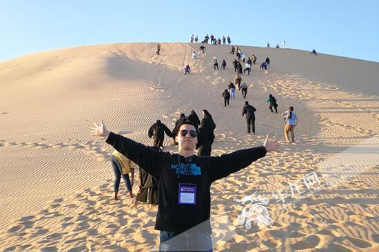 在阿布扎比沙漠中。照片由蒋牧颜提供 华龙网发
