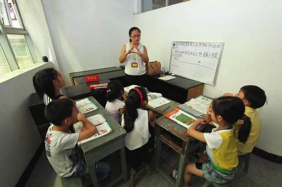 假期里,不少孩子忙于奔命在各种各样的课外补习班中