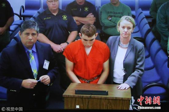 当地时间2018年2月15日,美国佛罗里达州劳德代尔堡,美国佛罗里达州校园枪击案嫌犯,19岁的尼古拉斯·克鲁兹(Nicolas Cruz)首次出庭。图片来源:视觉中国