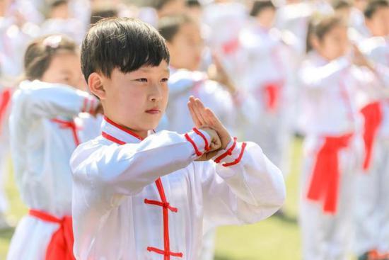 图为学生进行武术表演。