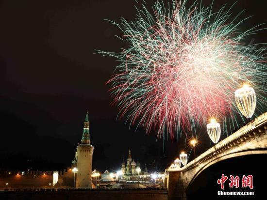 资料图:2018年1月1日零时,莫斯科燃放烟花庆祝2018新年。中新社记者 王修君 摄