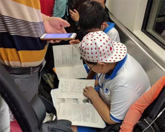 进击的小学生公交车上写作业暖心小学备好桌司机中学图片