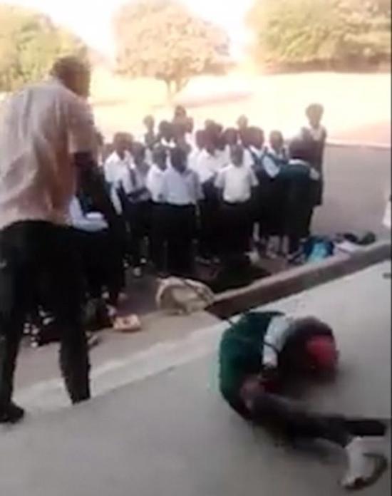 尼日利亚十几名学生排队接受男老师鞭打 众人围观