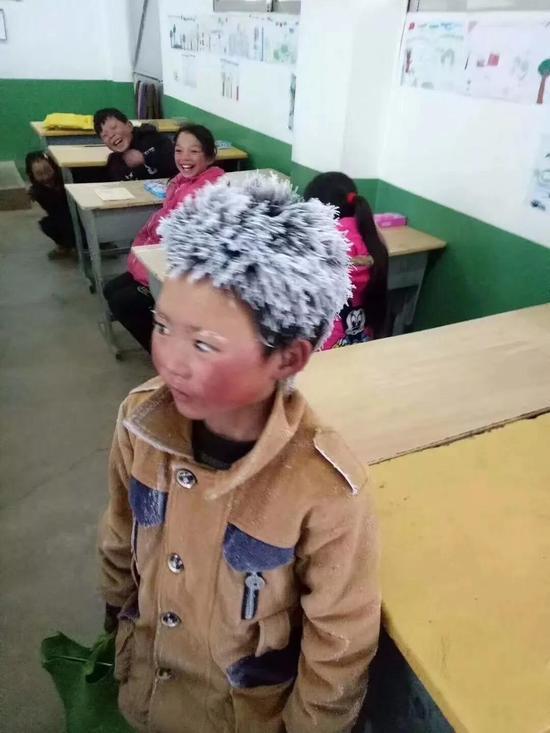 冰花男孩顶冰霜上学 事发云南昭通年仅8岁 网友心疼!