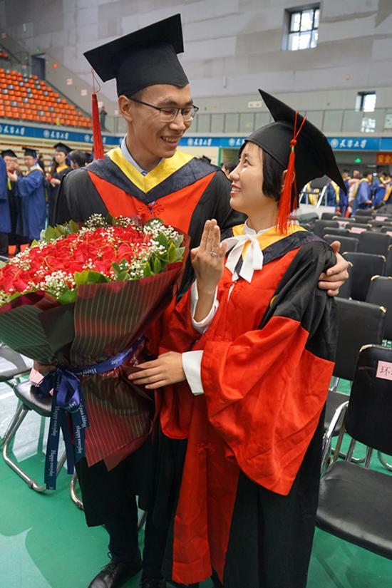 天大研究生毕业典礼男生向女友求婚 校长送祝福