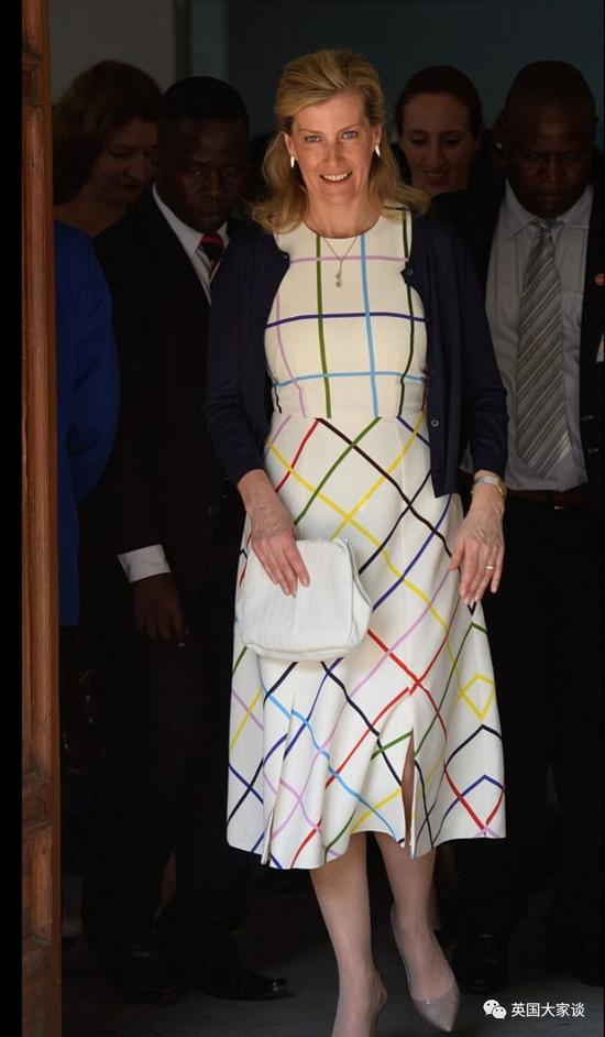 顺便说一句,她大爱的高街品牌Cefinn, 就是前英国首相卡梅伦的夫人创立的!