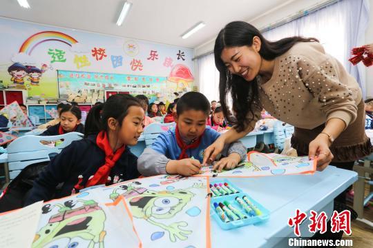 学生在老师指导下动手绘制纸鸢。(解豪摄)