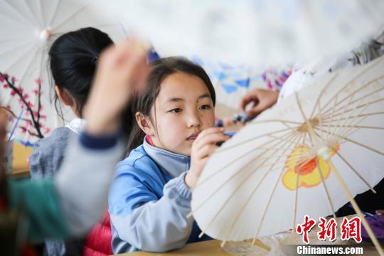 学生手绘油纸伞。(解豪 摄)