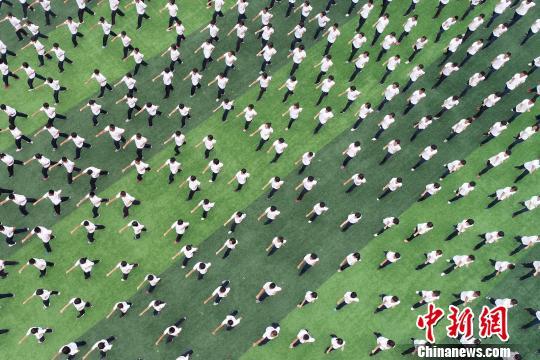 新生军训会操表演现场。 崔广义 摄