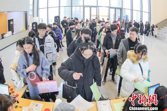 浙音校考人数较往年增66.5% 考生雨中候考