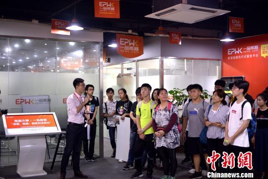 集美大学组织台湾学生参观两岸青年创业基地。