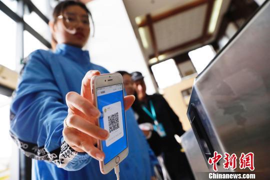 学生在上海政法学院扫码进入图书馆。 殷立勤 摄