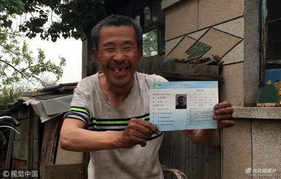 """71岁高考18次 屡战屡败成""""爷爷考生"""""""