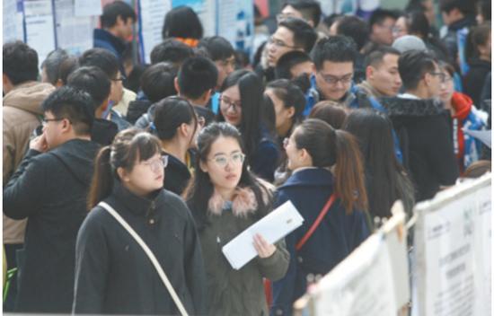 2018年3月,哈尔滨工业大学举行春季招聘会,当地企业积极参与,设展位、广招人/人民视觉