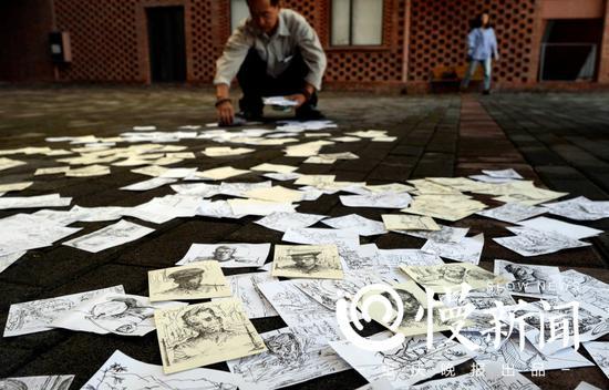从二月份到重庆后,吕跃已经绘制了上千幅纸片画