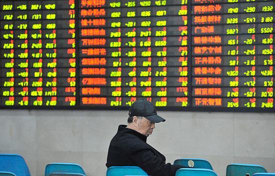 2019年3月14日,江苏省南京市,股民在某证券营业部关注着行情。 东方IC 图