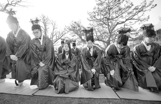 参加入学仪式穿传统儒生服的成均馆大学新生