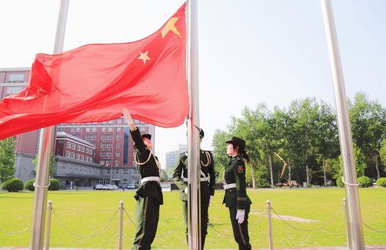 对外经济贸易大学国旗护卫队用行动向祖国告白 (贸大国旗护卫队/摄)