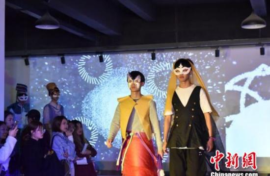 大学生展示165套中国风服装 那笑言 摄