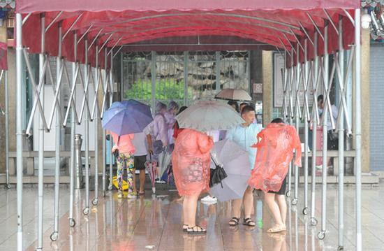 昨日,受台风天气影响,天下第一泉景区采取闭园措施,停止游客入园
