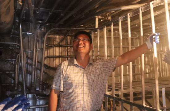 研发者周卫国介绍制冷设备结构